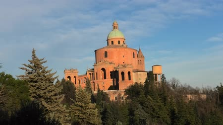 madona : Distant view of Sanctuary of Blessed Virgin of San Luca on Colle della Guardia in Bologna. Sunset light, blue sky with Copy space. Historical church and pilgrimage destination in Emilia-Romagna, Italy Dostupné videozáznamy
