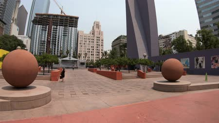 sierpien : Los Angeles, California, United States - August 9, 2018: modern skyscrapers and colorful Pershing Square, in urban public park in Downtown Los Angeles, Southern California. Sunny day with blue sky. Wideo