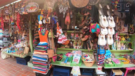 suvenýry : Los Angeles, California, United States - August 9, 2018: street shops in Olvera Street, the oldest part of downtown LA, at El Pueblo in Los Angeles State Historic Landmark since 1953. Dostupné videozáznamy