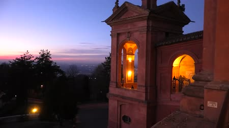 bem aventurança : Side view of Sanctuary of Blessed Virgin of San Luca and Colle della Guardia above city of Bologna. Scenic sunset light. Famous landmark cityscape in Emilia-Romagna, Italy.