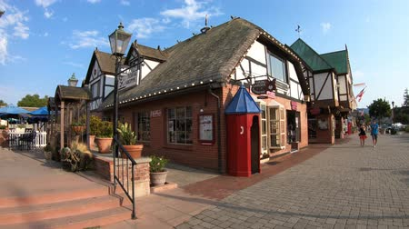 danimarka : Solvang, California, United States - August 10, 2018: traditional shops typical of Danish village of Solvang famous for its European architecture in California. Santa Ynez Valley, Santa Barbara County Stok Video
