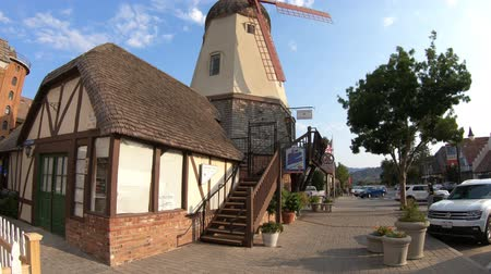 danimarka : Solvang, California, United States - August 10, 2018: Old Windmill in Santa Ynez Valley, Santa Barbara County. Solvang is a Danish Village, known for its iconic windmills, a popular tourist attraction Stok Video