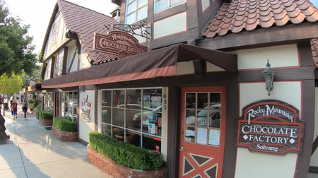deense dog : Solvang, Californië, Verenigde Staten - 10 augustus 2018: Rocky Mountain Chocolate Factory, winkelgebouw bij zonsondergang in Solvang, Santa Ynez Valley, Santa Barbara County. Deense architectuur in Californië.