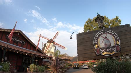 danimarka : Solvang, California, United States - August 10, 2018: Welcome to Solvang Brewing Company in Solvang Historic Downtown, a Danish Village in Santa Ynez Valley. Famous travel destination. Stok Video
