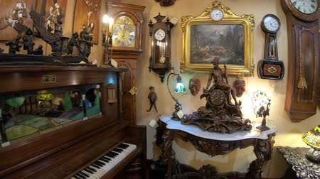 восстановлено : Solvang, California, USA - August 10, 2018: vintage piano inside Renaissance Antiques in Danish Village, one of countrys finest antique galleries: decorative accessories, old jewelry, restored clocks
