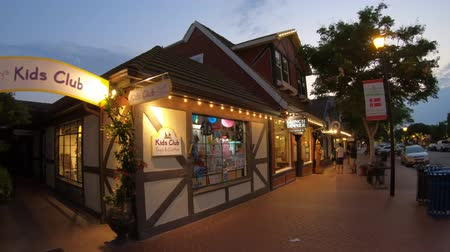 danimarka : Solvang, California, United States - August 10, 2018: gift shop and traditional Danish architecture of Solvang, famous destination in California. Historic downtown in Santa Ynez Valley at twilight. Stok Video