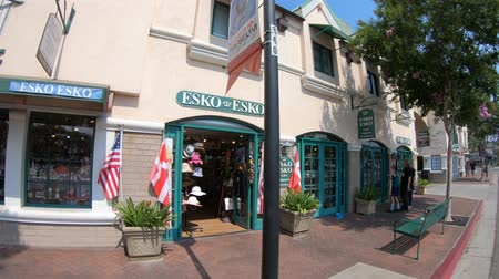 danimarka : Solvang, California, United States - August 10, 2018: Esko Esko shop on main street at Danish village.Typical architecture of Solvang, famous tourist destination.Wine country in Santa Ynez Valley Stok Video