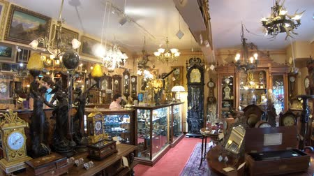 danimarka : Solvang, California, United States - August 10, 2018:Renaissance Antiques in Danish Village, one of countrys finest antique galleries: restored furniture, musical instruments, clocks, and chandeliers Stok Video