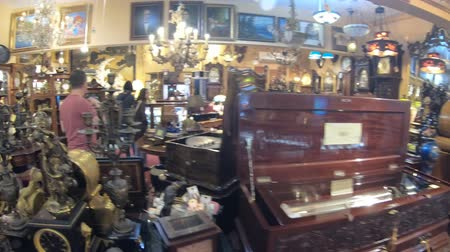 восстановлено : Solvang, California, United States - August 10, 2018: antiques gallery Renaissance Antiques in Solvang Danish Village, selling restored antique furniture, musical instruments, clocks, and chandeliers.