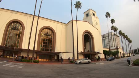 sierpien : Los Angeles, California, United States - August 9, 2018: Union Station, the main train station in Los Angeles Downtown in El Pueblo de los Angeles State Historic Monument. Sunny day, blue sky.