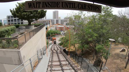 бункер : Los Angeles, California, United States - August 9, 2018: POV view on Angels Flight, a funicular railway in Hill Street, Bunker Hill of LA Downtown. Los Angeles Historic-Cultural Monument. Стоковые видеозаписи