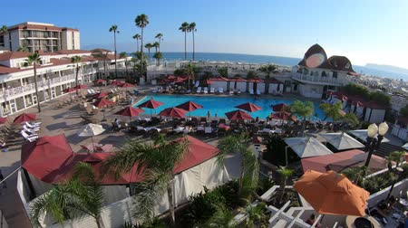 viktoriánus : San Diego, California, United States - August 1, 2018: aerial view of swimming pool at historic Victorian Coronado Hotel on Pacific Ocean, a beachfront luxury resort, Coronado Island. Summer holidays.