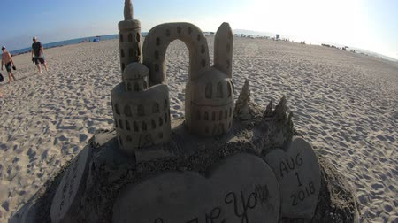 américa central : San Diego, United States - August 1, 2018:sand castle in Coronado Beach along Ocean Boulevard. Scenic dunes and palm trees on Pacific Ocean in Coronado Island, San Diego. Summer season in West Coast.