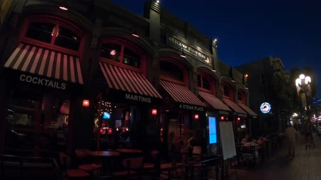 night day : San Diego, California, Stati Uniti - 31 luglio 2018: Gaslamp Strip Club e ristorante sulla Fifth Avenue di notte, la strada principale del Gaslamp Quarter, quartiere storico di San Diego Downtown.