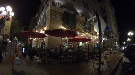 viktoriánus : San Diego, California, United States - July 31, 2018: Tuscan Cafe and Wine Bar on Fifth Avenue, the main street of Gaslamp Quarter, Historic District of San Diego Downtown. Night street scene.
