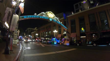 viktoriánus : San Diego, California, United States - July 31, 2018: famous entrance sign to Gaslamp with pedicabs, an Historic District of Downtown of San Diego at night. Nightlife and Victorian architecture.