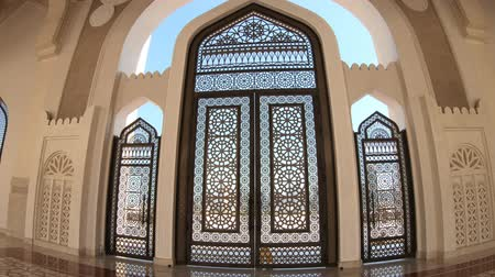grand mosque : Doha, Qatar - February 21, 2019: closeup of decorated entrance gate inside Imam Abdul Wahhab Mosque. Qatar State Mosque in arab style, Middle East, Arabian Peninsula.