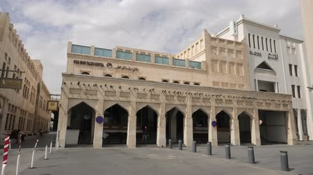 cetreria : Doha, Qatar - February 23, 2019: the famous Souq Waqif Falcon Hospital, a special hospital for falcon birds. Archivo de Video