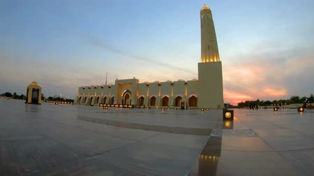 旅行の目的地 : State Grand Mosque with a minaret at sunset light. Doha mosque in Downtown, Qatar, Middle East, Arabian Peninsula, persian Gulf. Landmark in Doha West Bay.