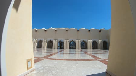 cami : Doha, Qatar - February 21, 2019: arcades of the internal atrium in the Imam Abdul Wahhab Mosque. State Qatar Grand Mosque in Middle East, Arabian Peninsula. Sunny day. Stok Video