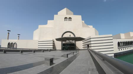 mia : Doha, Qatar - February 16, 2019: entrance of Museum of Islamic Art, popular tourist attraction along Corniche in Doha city. Middle East, Arabian Peninsula, Persian Gulf. Icon of seafront Doha Bay area Stock Footage