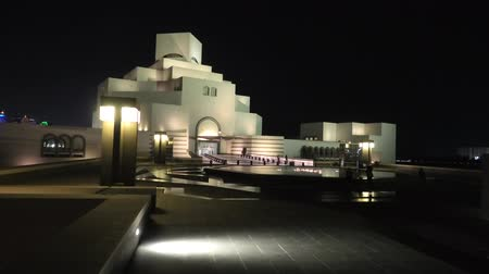 mia : Doha, Qatar - February 16, 2019: Museum of Islamic Art, reflecting on fountain water in a night sky. Middle East, Arabian Peninsula, Persian Gulf. Stock Footage