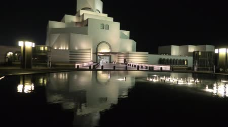 mia : Doha, Qatar - February 16, 2019: Museum of Islamic Art, with fountain at night. Middle East, Arabian Peninsula in Persian Gulf. Stock Footage