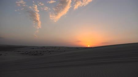 vnitrozemí : Sun setting down on the sand dunes at sunset near Qatar and Saudi Arabia. Khor Al Udeid, Persian Gulf, Middle East.