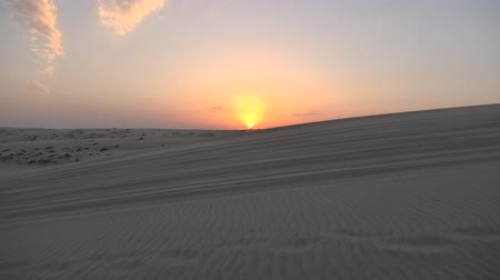 keşif : Desert landscape sand dunes at sunset sky near Qatar and Saudi Arabia. Khor Al Udeid, Persian Gulf, Middle East. Discovery and adventure travel concept.