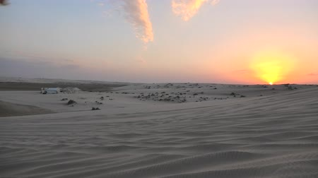 vnitrozemí : Sunset in the desert near Qatar and Saudi Arabia. Khor Al Udeid, Persian Gulf, Middle East. Discovery and adventure travel concept.