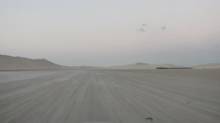 vnitrozemí : Desert landscape sand dunes at sunset sky near Qatar and Saudi Arabia. Khor Al Udeid, Persian Gulf, Middle East. Discovery and adventure travel POV.