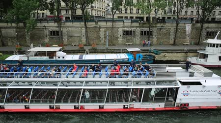 pont : Paris, France - July 1, 2017: Bateaux-Mouches with many tourist during a trip on the Seine river, under Pont Saint Michel. Cathedral of Our Lady and Conciergerie on the Ile de la Cite. Stock Footage