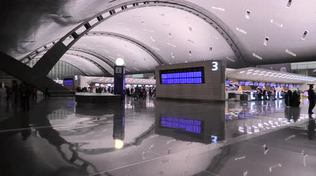 inchecken : Doha, Qatar - February 24, 2019: Qatar Airways check in passengers in the new and modern Hamad International Airport or Doha Hamad Airport, reflected on the floor. Stockvideo