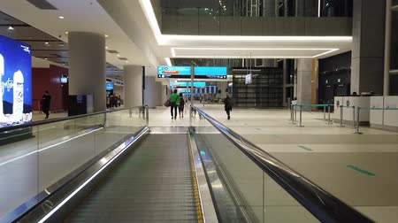 основной : Istanbul, Turkey - May 7, 2019: travelators for quicker transfer in Istanbul International Airport, Istanbul Yeni Havalimani. Main hub of Turkish Airlines in Europe. Стоковые видеозаписи