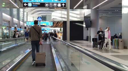 maiô : Istanbul, Turkey - May 7, 2019: SLOW MOTION people with bagages on travelators for transfer in Istanbul International Airport, Istanbul Yeni Havalimani. Main hub of Turkish Airlines in Europe. Vídeos