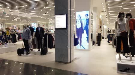 inchecken : Istanbul, Turkey - May 7, 2019: fashionable clothes stores in new Istanbul International Airport. The Istanbul Yeni Havalimani airport is the main hub of Turkish Airlines since 2018. Stockvideo