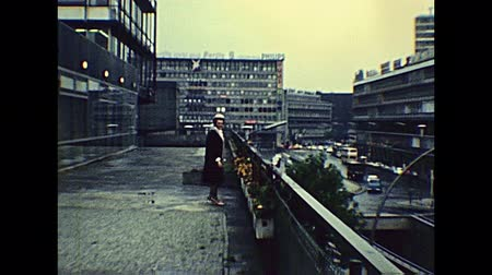 berliner mauer : BERLIN, GERMANY - CIRCA 1979: top view of Bikini Berlin mall with german people shopping. Aerial view panorama on the street traffic. Historical archival in Berlin capital city of Germany in 1970s. Videos