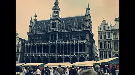 BRUSSELS, BELGIUM - CIRCA 1975: Museum of the City of Brussels palace in Grand Place square. Historical palace Maison du Roi: Kings House or Broodhuis: Breadhouse palace. Bruxelles of Belgium 1970s. Стоковые видеозаписи