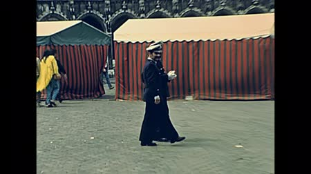 BRUSSELS, BELGIUM - CIRCA 1975: Bruxelles policemen in Grand Place square, street view. Historical archival in Bruxelles capital city of Belgium in 1970s. Стоковые видеозаписи