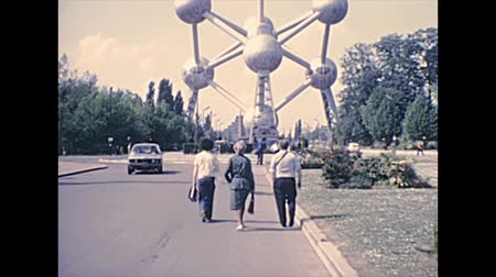 70年代 : BRUSSELS, BELGIUM - CIRCA 1976: tourists visiting Atomium landmark of Brussels Worlds Fair Expo 58 in Heysel Plateau by Ossegempark park. Historical archival in Bruxelles city of Belgium in 1970s 動画素材