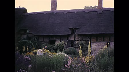 költő : Stratford-upon-Avon, Warwickshire, England - 1976: Shakespeare wife Anne Hathaways Cottage. Archival of Stratford-upon-Avon, birthplace and gravesite of poet William Shakespeare of England in 1970s