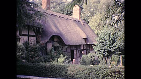 költő : Stratford-upon-Avon, Warwickshire, England - 1976: Shakespeare wife Anne Hathaways Cottage. Archival of Stratford-upon-Avon, birthplace and gravesite of William Shakespeare poet of England in 1970s Stock mozgókép