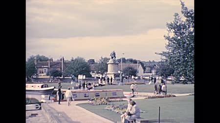 költő : Stratford-upon-Avon, Warwickshire, England - 1976: Stratford park with William Shakespeare Gower Memorial. Archival of birthplace and gravesite of poet William Shakespeare town of England in 1970s. Stock mozgókép