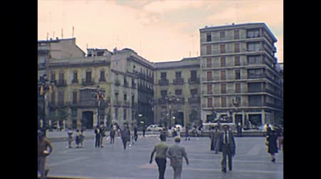 старомодный : VALENCIA, SPAIN - CIRCA 1970: Plaza de la Virgen square with Turia Fountain statue. Flags of Valencia region in the square. Archival of Valencia city of Spain in 1970s. Стоковые видеозаписи