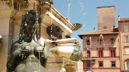 восстановлено : SLOW MOTION of Neptune 1500s bronze fountain close up on mermaid. located in Piazza Maggiore, central square of Bologna town of Italy.