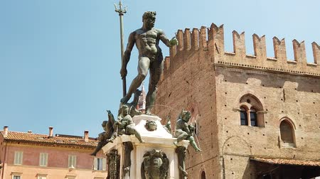 palazzo : SLOW MOTION: Neptune 1567 bronze statue and fountain in front of Accursio palace of Bologna city in Emilia region of Italy. Stock Footage