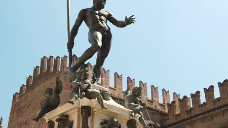 honte : SLOW MOTION: Neptune 1567 bronze statue and fountain in front of Accursio palace of Bologna city in Emilia region of Italy. Vidéos Libres De Droits