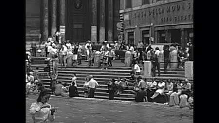 schody : ROME, ITALY - CIRCA 1960: The classic Trevi Fountain stairway with tourists in Rome city. BW historical archival of Rome capital of Italy in the 1960s.