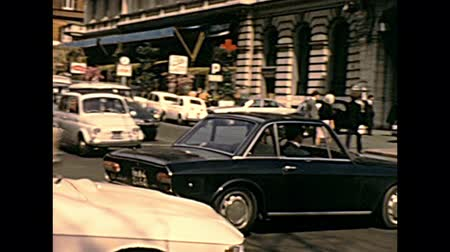 цыган : ROME, ITALY - CIRCA 1970: The Italian cars in traffic of famous Vittorio Veneto street with horse carriage. The hotel Westin Excelsior Rome. Historical archival of Rome capital of Italy in the 1970s. Стоковые видеозаписи