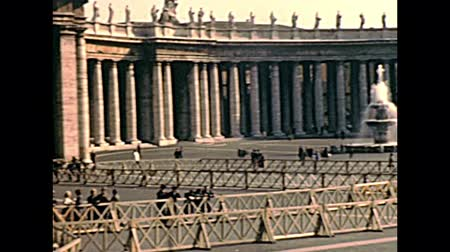 ピーター : VATICAN CITY, ROME, ITALY - 1970: San Pietro fountain in Saint Peter square of Rome in Italy, during the public speaking of old Pope Saint Paul VI. Archival of Rome capital of Italy in the 1970s.